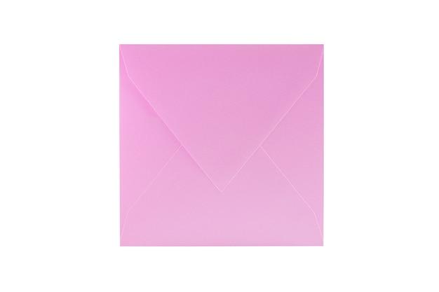 Большой розовый бумажный конверт на белом фоне