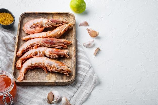 生の海老セット、木製トレイ、白の大きな生の殻