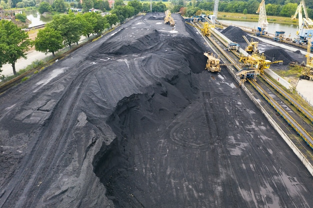 발전소에서 많은 석탄 매장량, 석탄을 내리는 많은 크레인, 많은 석탄, 위쪽 전망