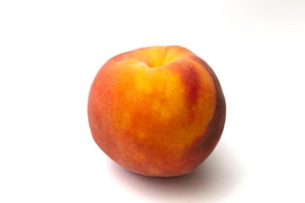 白に分離された大きな熟した桃