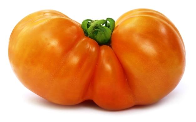 흰색 배경 위에 큰 익은 토마토