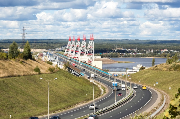 高速道路からの眺め、ヴォルガ川の大河川水力発電所。