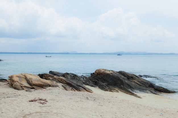 ビーチの大きな岩。