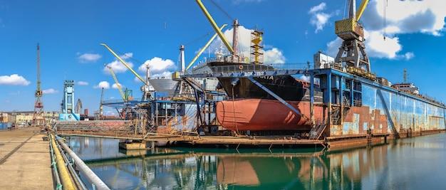 晴れた日にチェルノモルスク造船所の乾ドックにある大型船