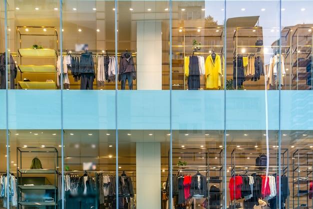 大きなショッピングセンターのガラス窓