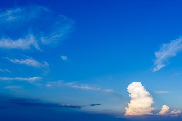 青い空に大きな単一の雲