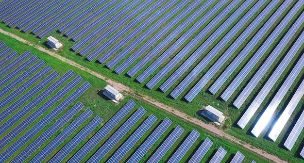 대규모 태양광 발전소, 환경 친화적 인 전기 공급원. 드론보기.