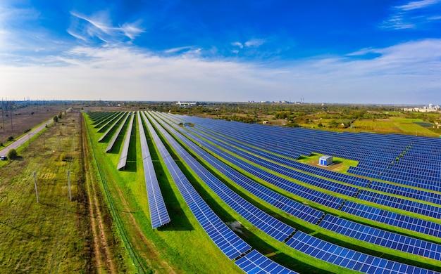 Большая солнечная электростанция на живописном зеленом поле в украине