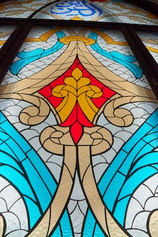 Большой витраж с цветным узорчатым стеклом. кафедральный собор