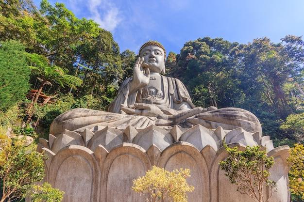 チンスウィー洞窟寺院の大きな石の仏像