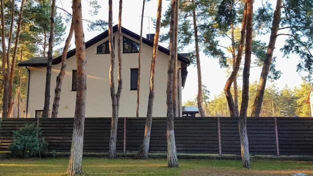 크고 세련되고 현대적인 주거용 건물과 햇빛이 비치는 숲에 나무와 꽃이 있는 거대한 안뜰이 있습니다.