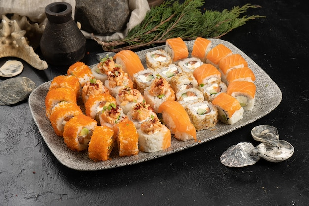 Большой суши-сет из роллов и нигири с лососем и икрой летучей рыбы