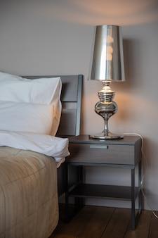 큰 테이블 주석 램프 및 호텔 침대