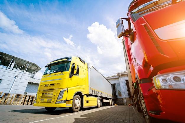 青空を背景に倉庫近くの大型トラック