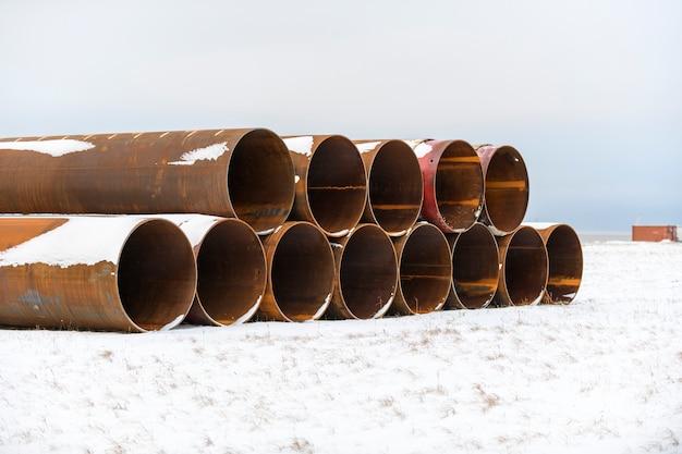 겨울 툰드라의 대형 튜브. 건설 해양 해양 작업. 댐 빌딩.