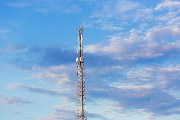 Большая телевизионная и радиолокационная антенна с 5g на фоне неба