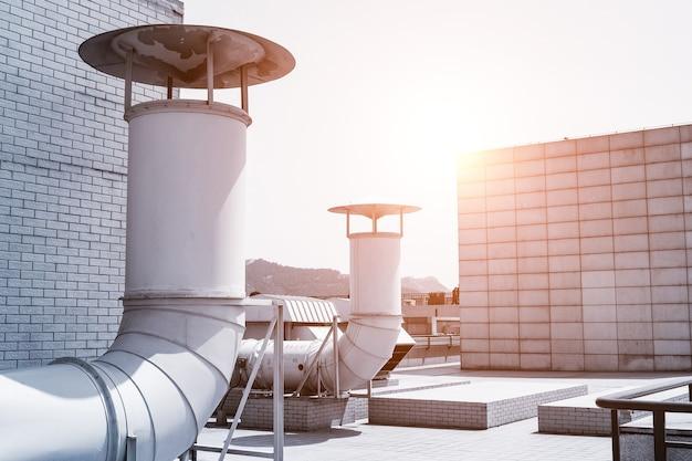 建物の屋根にある大型換気システムパイプライン