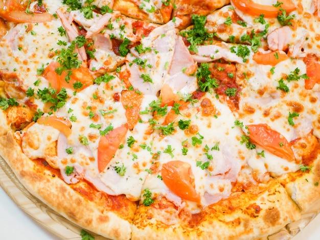 ベーコントマトとハーブのピザの大きなビュー。