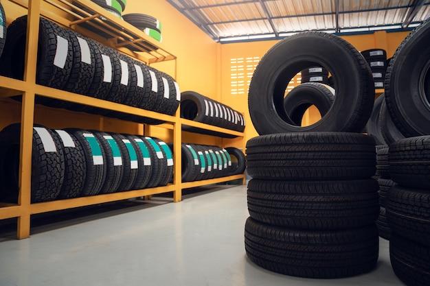 Большой склад автомобильных шин, стеллаж с автомобильными шинами заказчика на складе шинного дилера.