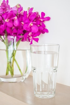 Mezzo bicchiere di acqua di grandi dimensioni