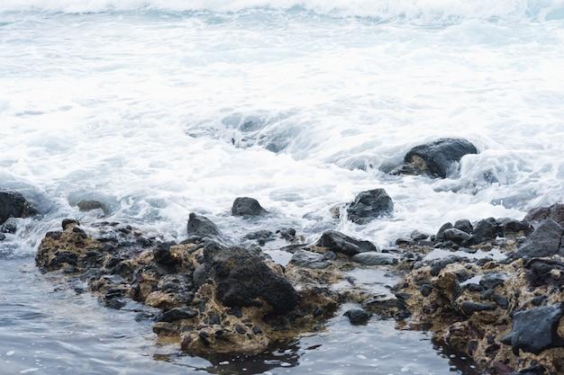 폭풍 동안 바위에 큰 파도가 추락. 카나리아 제도, 테 네리 페.