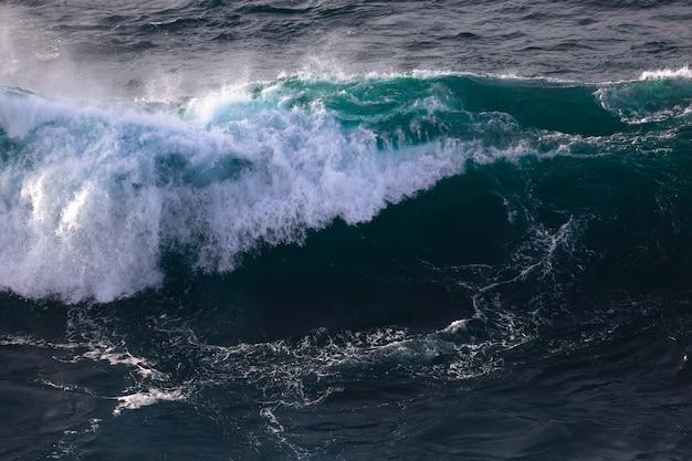 바스크 해안에서 바다 폭풍 동안 큰 파도.