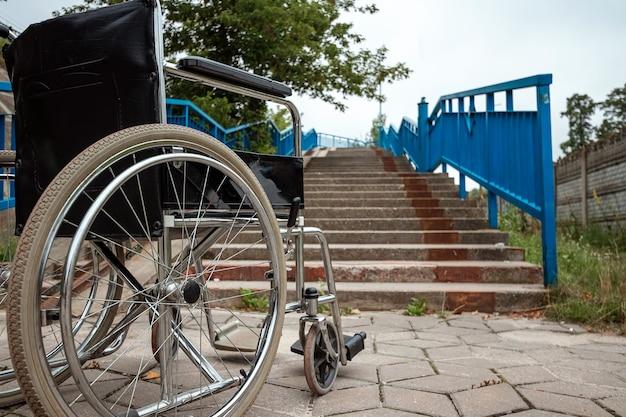 大型車椅子。車椅子のコンセプト、障害者、フルライフ、麻痺、障害者。