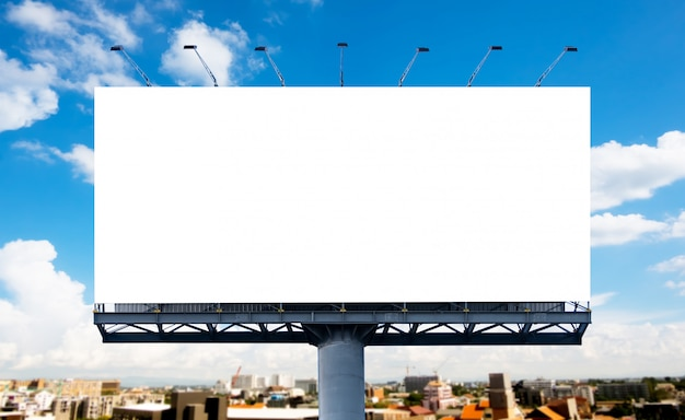 大きな白いブランクの看板または白いプロモーションポスターが表示されている