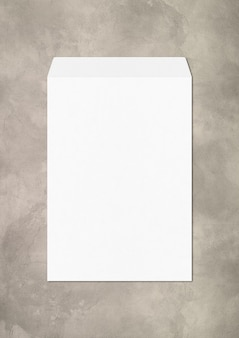 Большой белый шаблон макета enveloppe, изолированные на бетоне