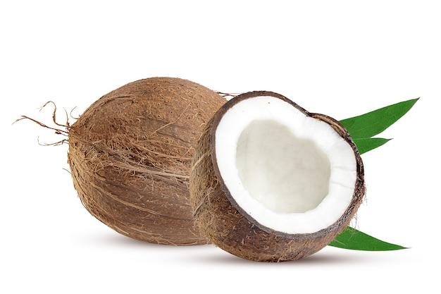 大きなココナッツ全体とその一部に緑の葉