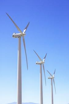 Большая ветряная мельница в ясном голубом небе