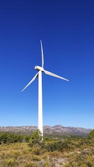 晴れた日に山の大きな風車