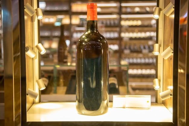 빛나는 진열장에 있는 큰 와인 병