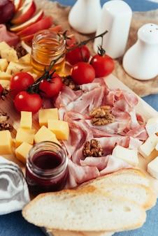 Большой деревянный стол мясо, хлеб и овощи