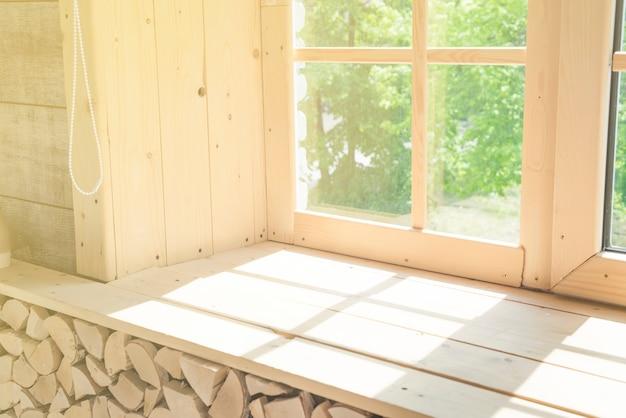 大きな木製の窓