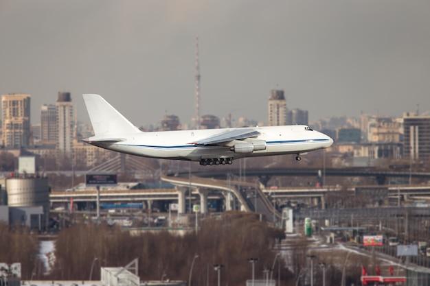 Самый большой грузовой и военно-стратегический самолет взлетает в солнечный день