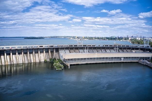 Zaporozhye의 dnieper 강에 있는 가장 큰 수력 발전소.