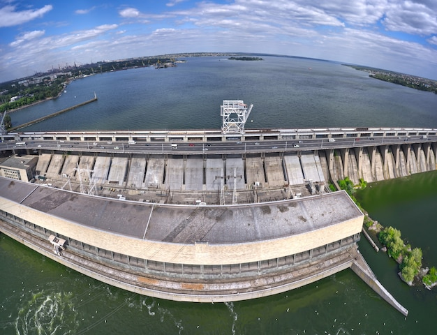 ザポリージャのドニエプル川にある最大の水力発電所。