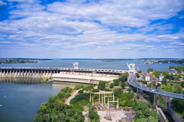 Zaporozhye의 드니 프르 강에서 가장 큰 수력 발전소