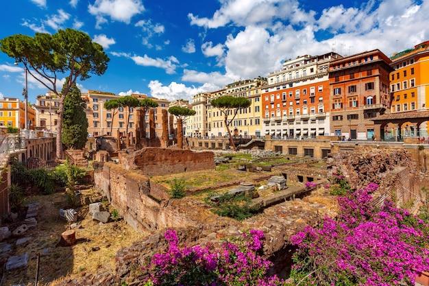 Ларго ди торре арджентина, древние римские руины четырех римских республиканских храмов и остатки театра помпея в риме, италия.
