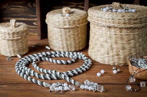 Лариат. плетеная шлейка-трансформер из бусинок с красивыми застежками или кисточками на концах. домашняя мастерская
