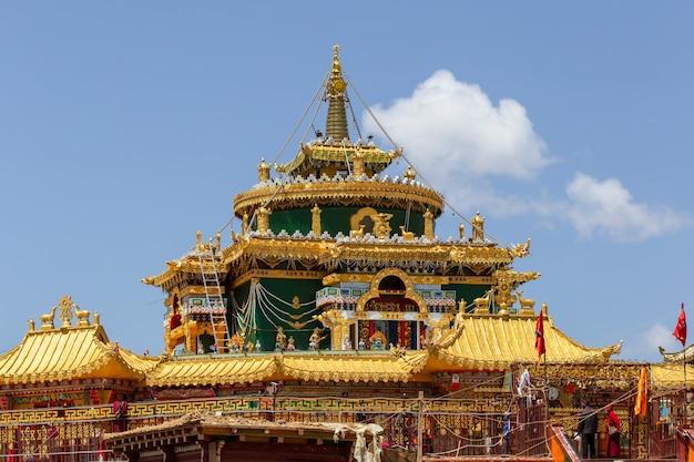 中国四川省larung gar(buddhist academy)でチベットのストッパ