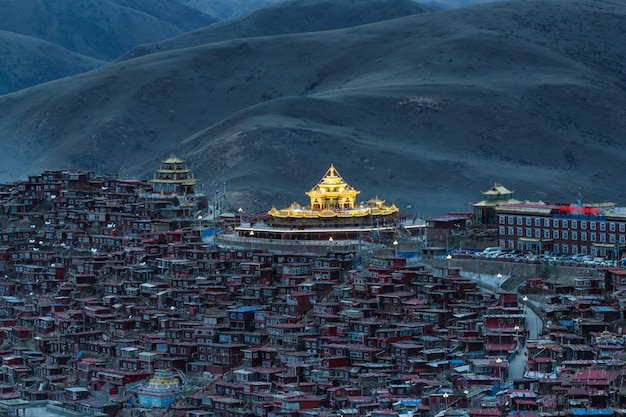 日の出時間、四川省、中国のlarung gar(仏教学院)でトップビュー修道院