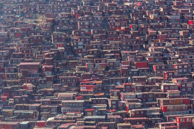 日の出日、中国四川省のlarung gar(仏教学院)の赤い修道院