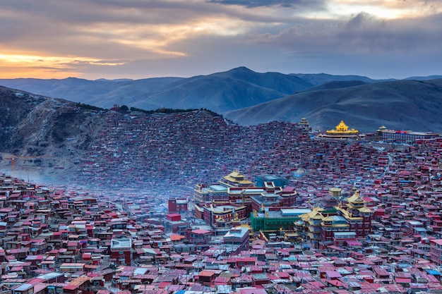 中国四川省のlarung gar(仏教学院)でトップビュー日没時間
