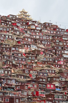ラルンガー。日の出日、四川省、中国のlarung gar(仏教学院)でトップビュー修道院