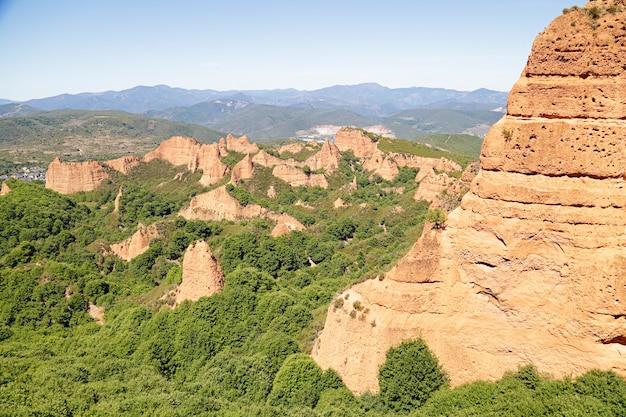 ラスメドゥラスは、エルビエルソのコマルカにあるポンフェラーダの町の近くにある歴史的な金採掘現場です。