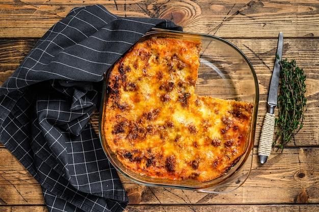 ボロネーゼソースと牛挽肉のラザニアをグラタン皿に。