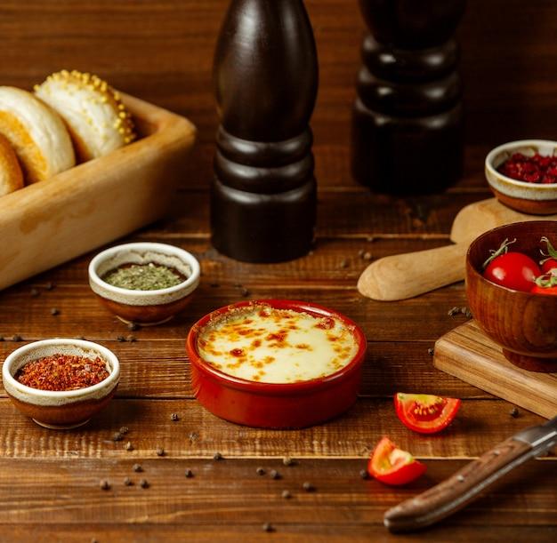 テーブルの上の野菜とラザニア