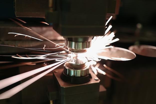 불꽃 근접 촬영으로 금속 시트의 레이저 절단. 현대 산업 기술 개념